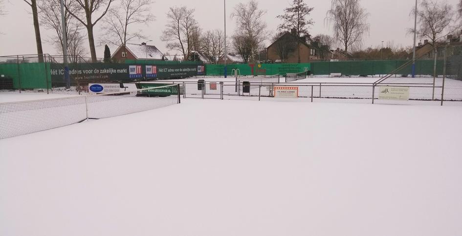 Sneeuw op de tennisbanen.jpg