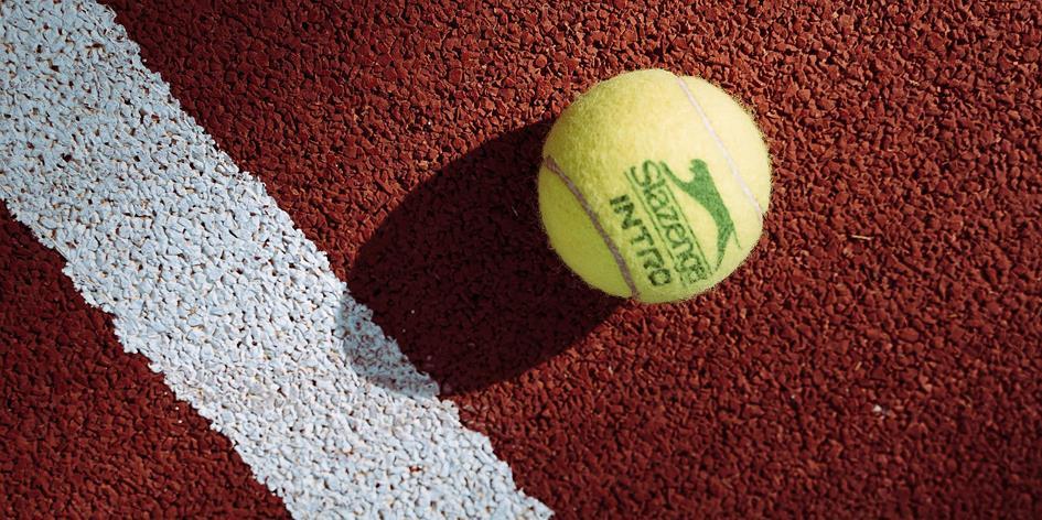 Tennisbal op de baan.jpg