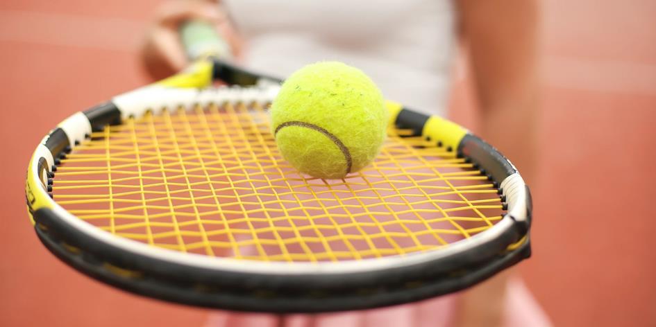 Tennisbal op racket.jpg