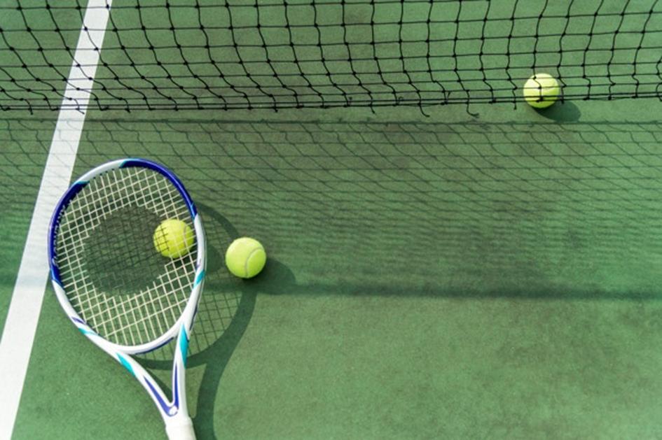 tennisballen-op-een-tennisbaan_53876-33567.jpg