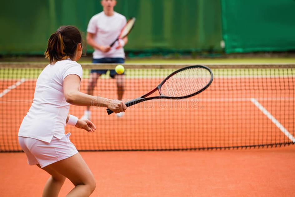 tennisspelers-die-een-gelijke-op-het-hof-spelen-43649328.jpg
