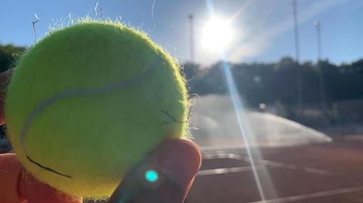 Tennisbal met zon.jpg