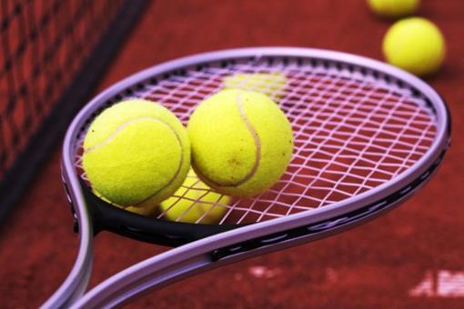 tennisracket-met-tennisballen.jpg