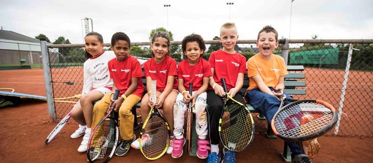 tenniskids-rood-oranje-op-bankje-2017.jpg