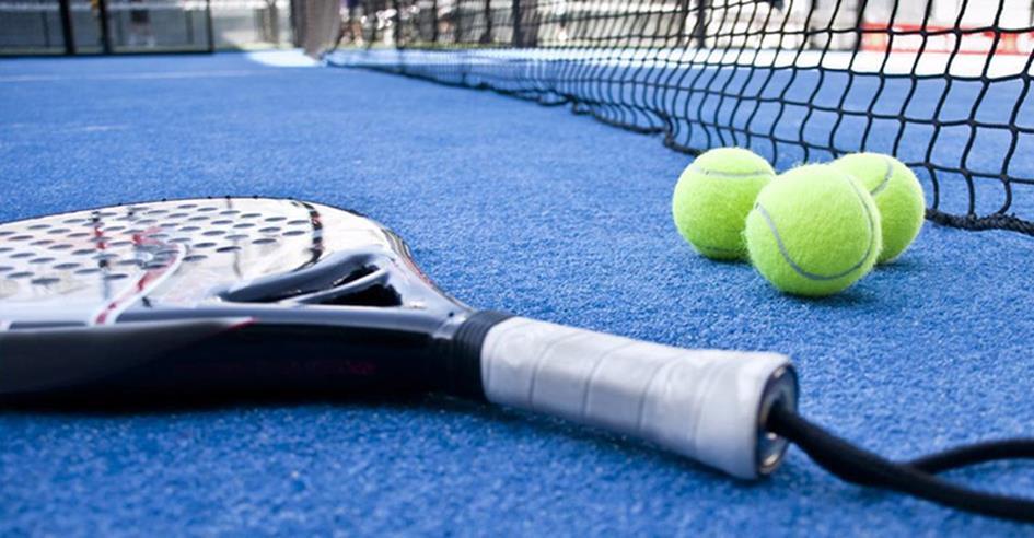 padel-racket-drie-ballen-blauwe-baan.jpg
