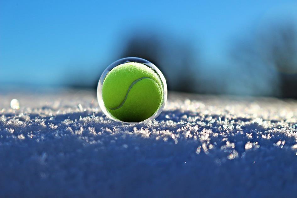 tennisbal-sneeuw.jpg