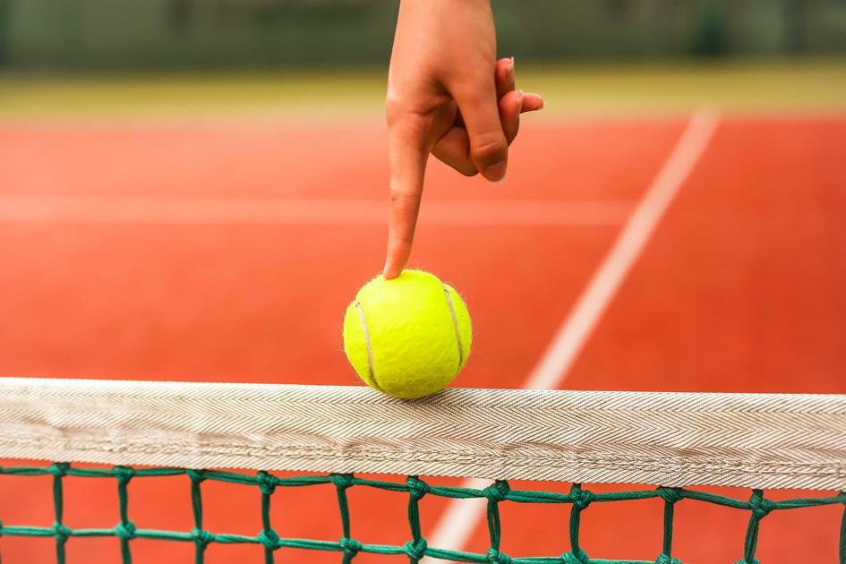 Tennisbal op net.jpg