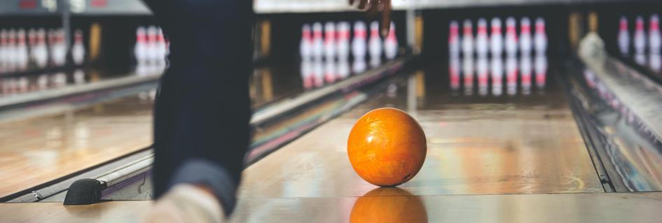 bowlingbal-wordt-losgelaten-op-de-baan.d12964a3.jpg