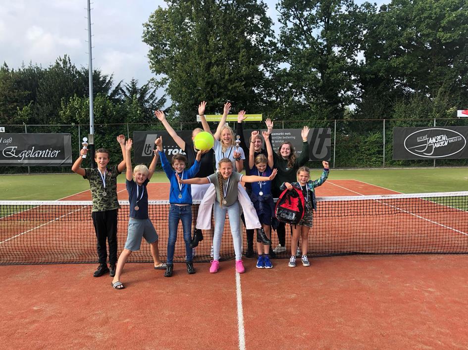 Prijswinnaars clubkampioenschappen jeugd HLTC Het Elderink (foto E. Hoeksma).jpg