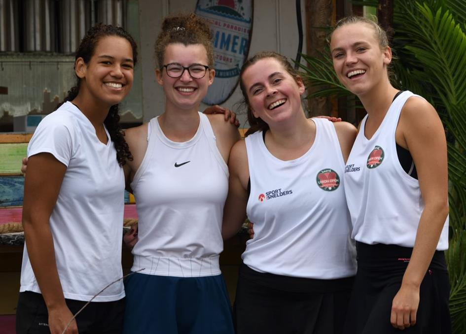 210929 Baan6 Open Toernooi finale 4 jonge vrouwen in wit.png