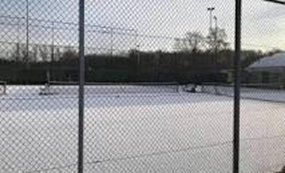 besneeuwde tennisbaan.jpg