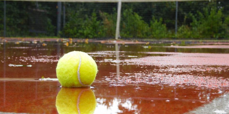 183_tennisbal_in_de_regen_1.jpg
