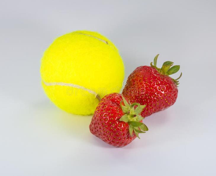 wimbledon-tennisbal-en-aardbeien-73368930.jpg