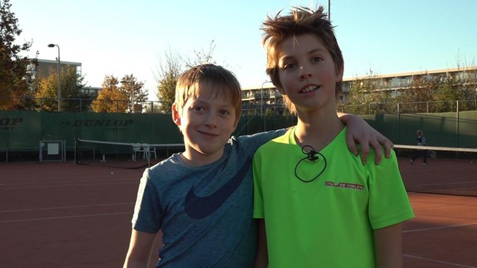 Ben-en-Marijn-zijn-blij-dat-ze-alweer-kunnen-tennissen-bij-een-andere-vereniging-Foto-Omroep-Gelderland.jpg
