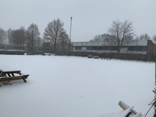 tennisbanen in de sneeuw.jpg