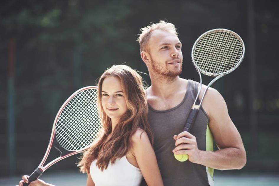 een-mooie-jonge-vrouw-met-haar-man-zet-op-een-outdoor-tennisbaan_146671-8900.jpg